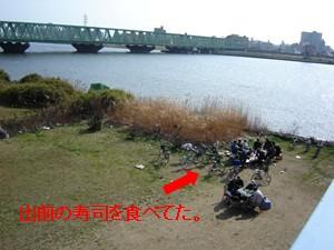 荒川河川敷の宴会.jpg